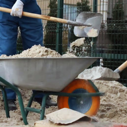Змішування піску та цементу